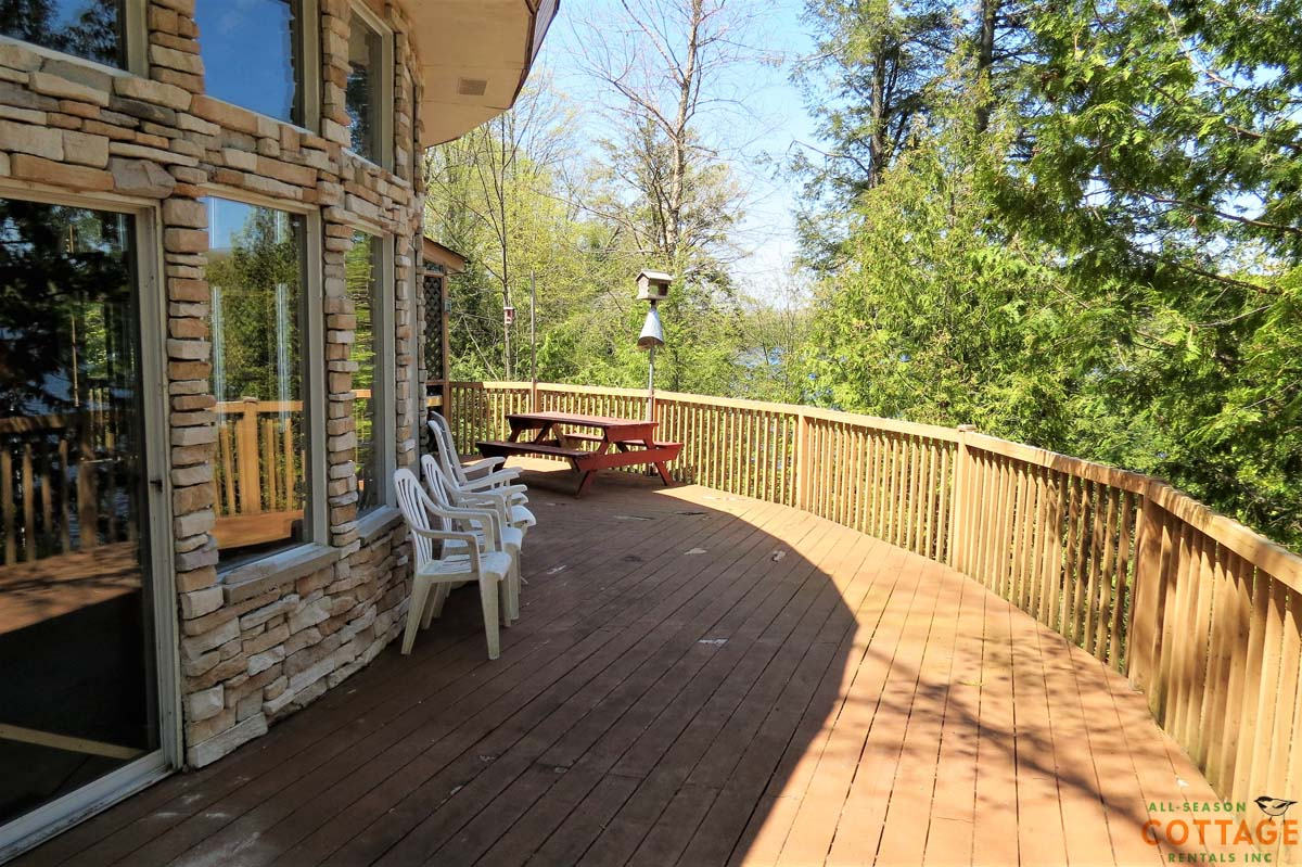 Very large, curving deck along the entire lakeside of cottage!